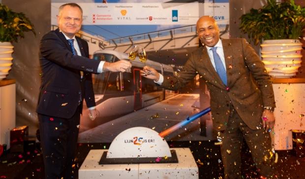<p>Gerard Slegers van de Vervoerregio Amsterdam (links) verricht de offici&euml;le handeling. Rechts presentator Humberto Tan. &nbsp;</p>