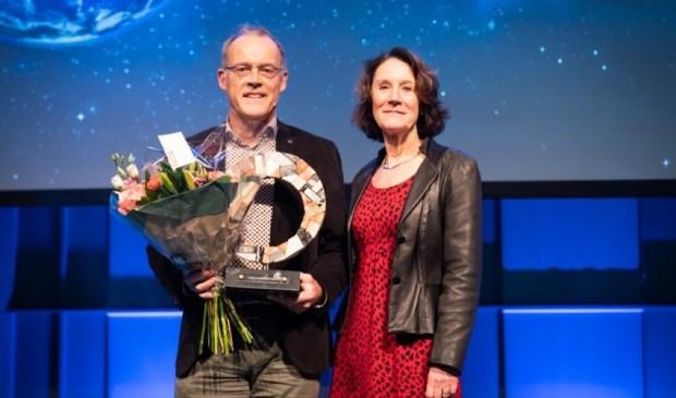 Marten de Vries met juryvoorzitter prof. dr. Louise Vet.