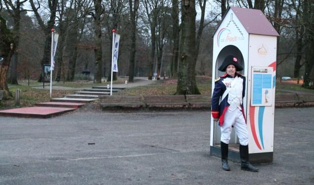 De eerste soldaat/verteller bij zijn wachthuisje