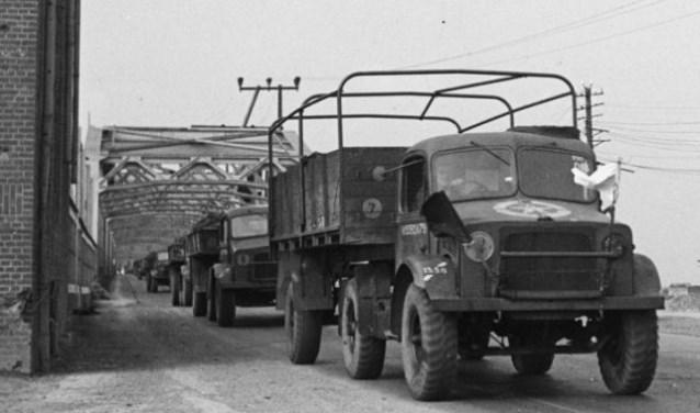 Vrachtwagens met witte vlag gaan op pad om het volk van voedsel en medicatie te voorzien.