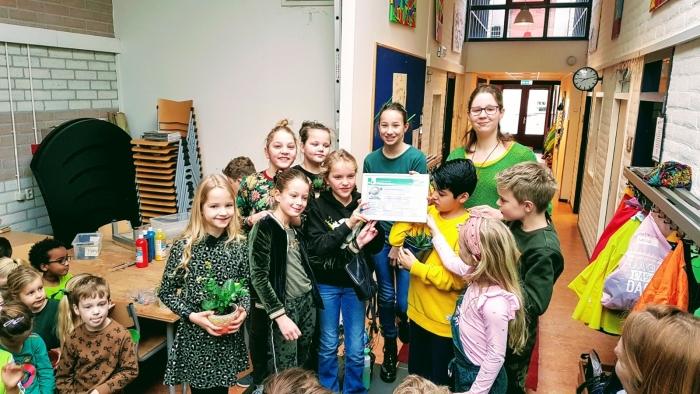 Het eco-team van De Driemaster neemt het Zilveren Certificaat in ontvangst. Anna van Tiggelen © BDU media