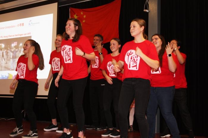 Leerlingen van atheneum presenteren een Chinese dans