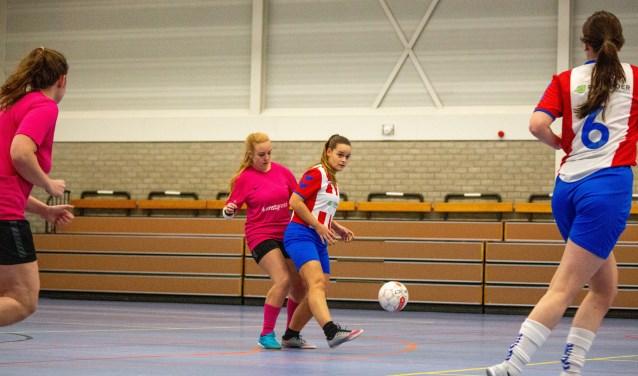 Madeleine van der Vist in actie tegen ASV Dronten, rechts Noëlle van Soest (6).