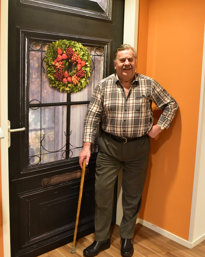 De heer H. Zeegers bij zijn voordeur.