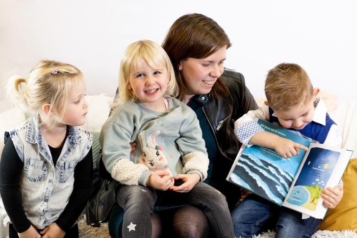 Peuters van kindercentrum Terbroek met de Peuterbijbel