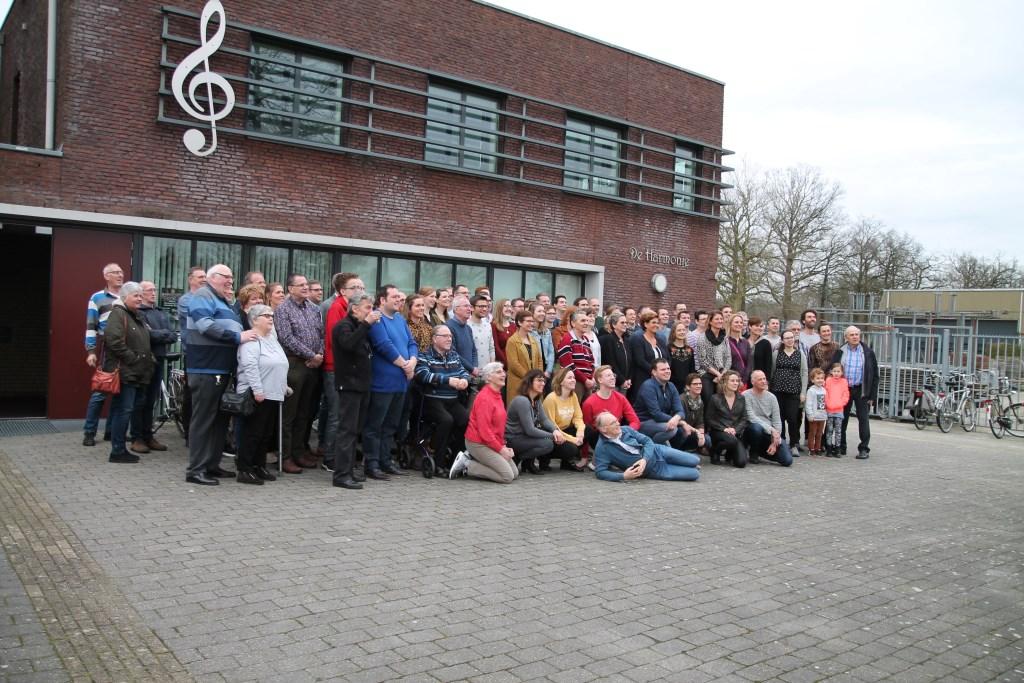 groepsfoto voor het Harmoniegebouw Hannie van de Veen © BDU media
