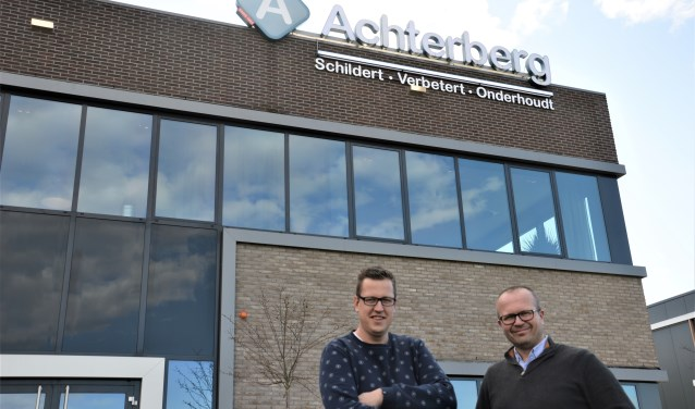 Johan Jansen en Art Achterberg voor het duurzame pand van Achterberg Schilders.