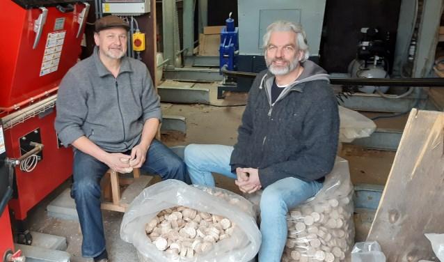 Erik Verkuil en Michel Sadon met links de biomassaketel