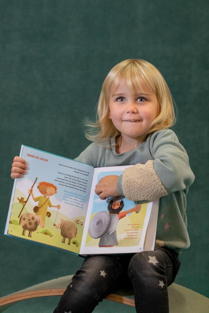 Peuters van kindercentrum Terbroek met de Peuterbijbel Shanna Didi Visuals © BDU media
