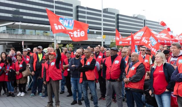 De FNV in actie op Schiphol voor meer loon en betere arbeidsomstandigheden bij de KLM grondafhandeling.
