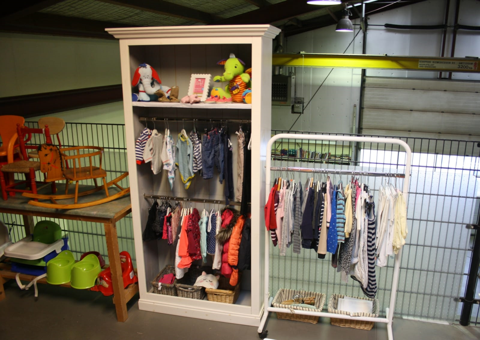 Op de bovenverdieping vindt u baby en kinderspullen.