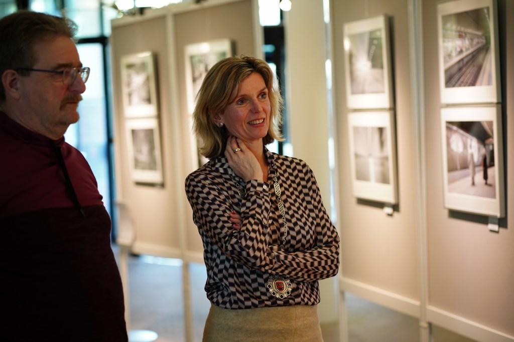 Burgemeester Joyce Langenacker neemt de tijd om de foto's te bekijken, met voorzitter van de Fotowerkgroep Hans Keijzer.  Naomi Heidinga © BDU media