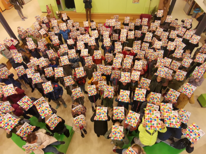 Kinderen van CBS De Regenboog met hun nieuwe rapporten.