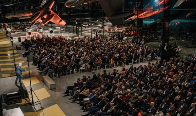 Generaal Peter van Uhm inspireert in Soest een zaal vol gasten van Visser & Visser.