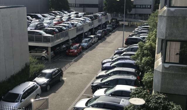 Geparkeerde auto's op een bedrijventerrein in Hoofddorp.