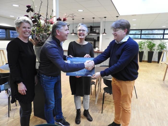 overhandiging cheque door directeur Wilco Plaggenborg aan bestuur Hospice Dome