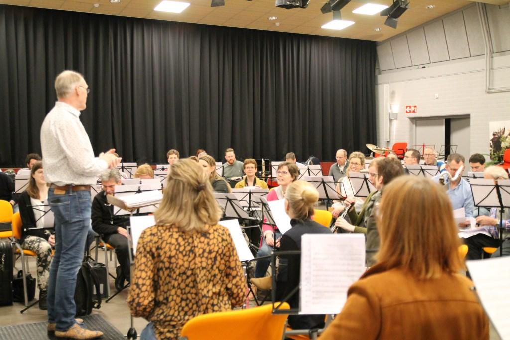 Het harmonieorkest oefende in de Camp Hannie van de Veen © BDU media