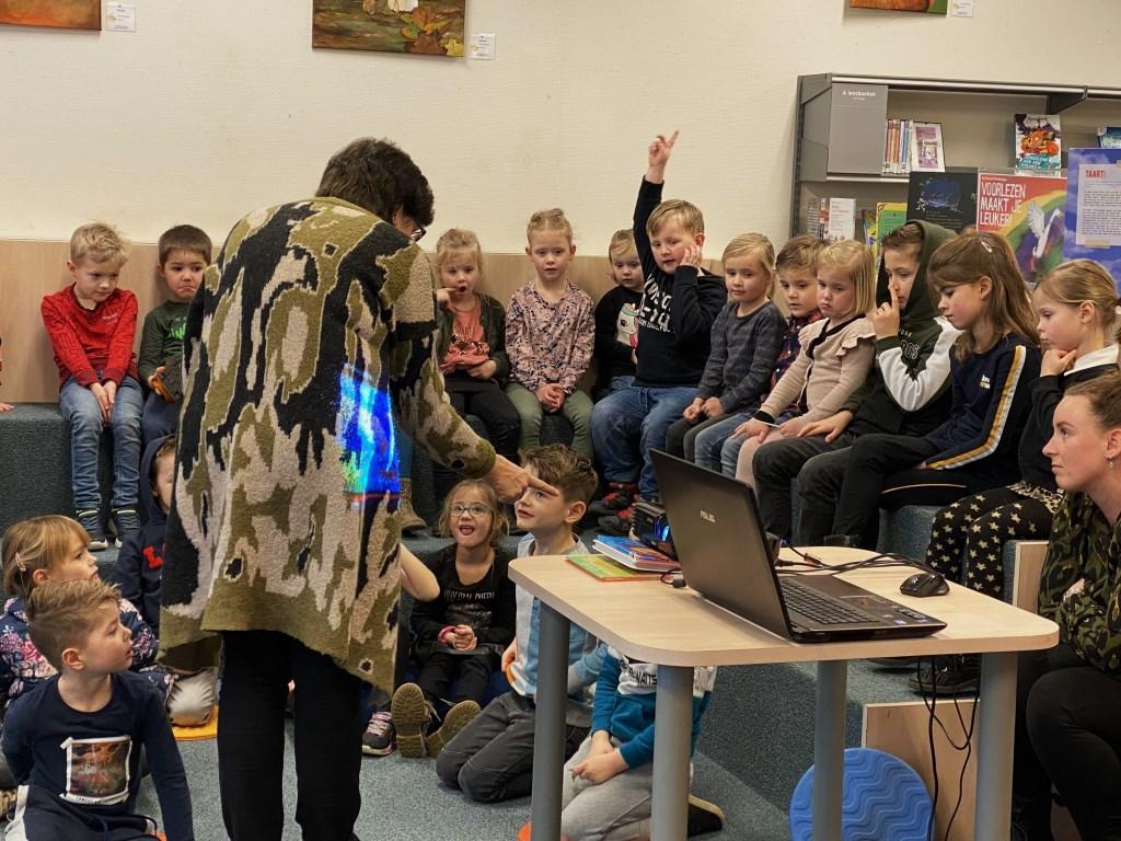 De kinderen luisterden geboeid, deden dierengeluiden na en zongen het lied van de Moppereend. Adriaan Hosang © BDU media