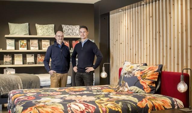 Sjoerd van 't Oever (r) en Eddy Lanning bij een van de bedden in de winkel van Bedding Slaapcomfort.