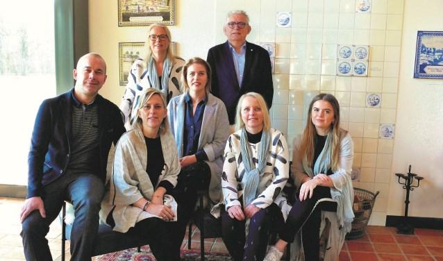 """Sabine Karssen-Oostenrijk (derde van links zittend): ,,Uitvaartzorg Troostrijk werkt als een team."""""""