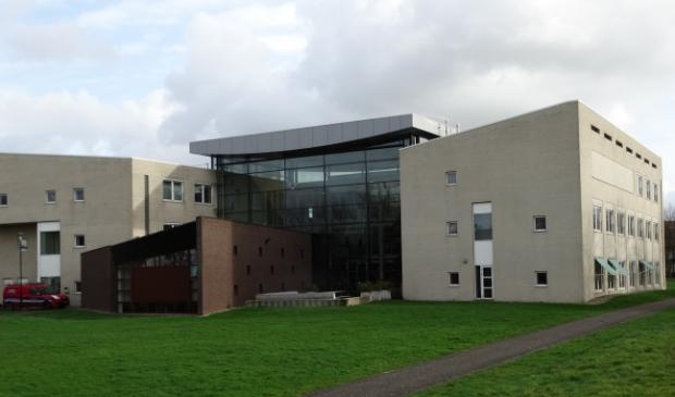 <p>Gemeentehuis gezien vanaf de achterkant, het bruin stenen deel is de raadszaal</p>