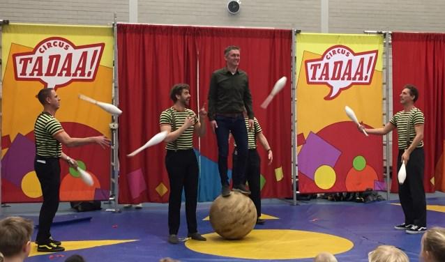 Schooldirecteur Sander Jue bedankte staand op een bal voor zijn afscheid dat hij vierde met bijna 400 leerlingen.