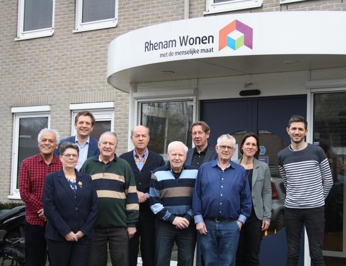 Huurdersorganisaties REA en HpF A&O, Pieter Thoben (directeur/bestuurder Rhenam Wonen) en Monique Mol (bestuurssecretaris)