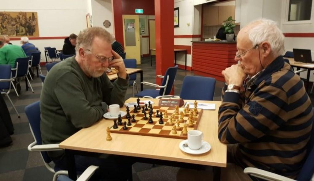 Jan Wouters (rechts) nam ondanks een pion meer genoegen met remise. BSV Bennekom © BDU Media