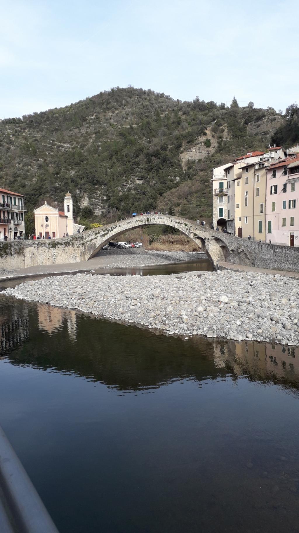 """,,De foto is gemaakt in Zuccarello, Noord Italië, middeleeuwse brug over de Neva rivier.""""  Leny Vogelaar © BDU Media"""