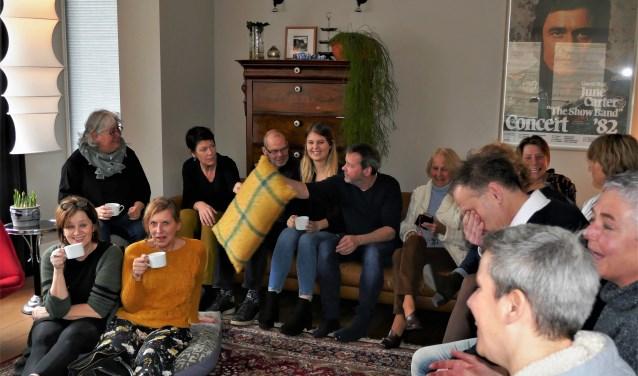Volle huiskamer tijdens een van de voorstellingen in 2019 tijdens de eerste Soester editie van Gluren bij de Buren.