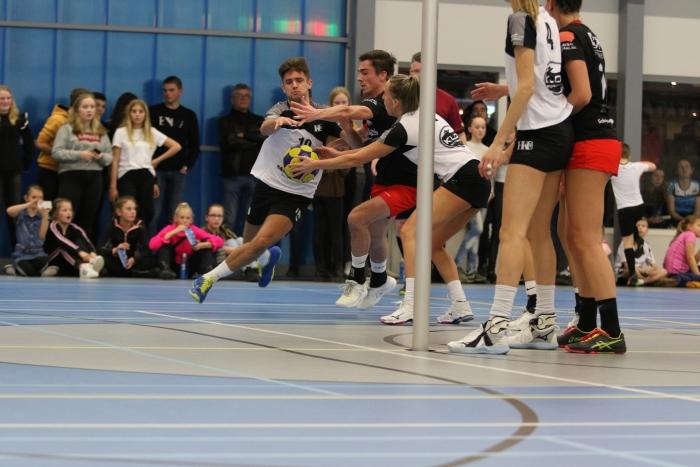 Mark Klop passeert zijn tegenstander en ontvangt de bal van Annelies Kop H. van Kekerix © BDU media