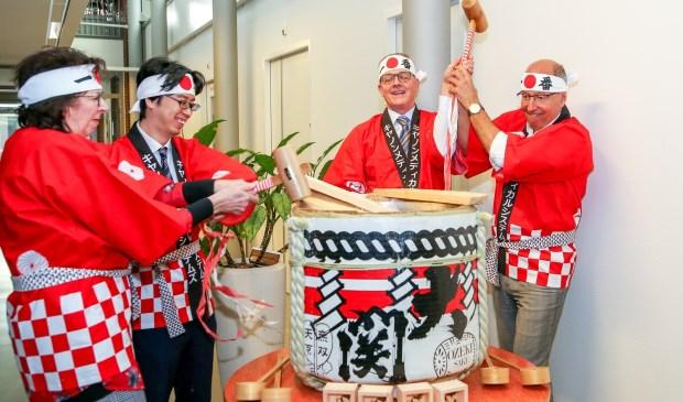 Lo Wuite en Yuki Hono (van Canon) en Frank de Reij en Martha Peters (van Meander) namen deel aan de Sake Ceremony waarbij zij met een houten hamer de deksel braken van een vat gevuld met Sake.