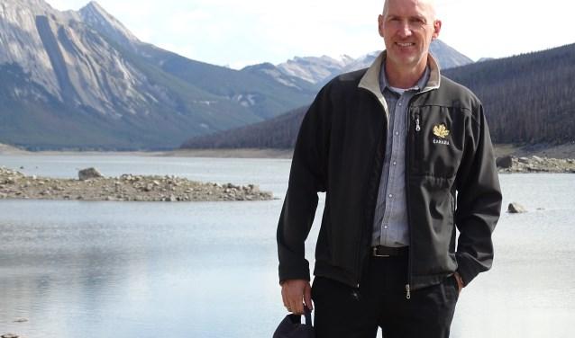 Olaf Dijkstra aan het werk bij Medicine Lake. Hij doet projecten voor de MKB en de Emigratiebeurs in Nederland en verhuurt zijn basement als Airbnb.