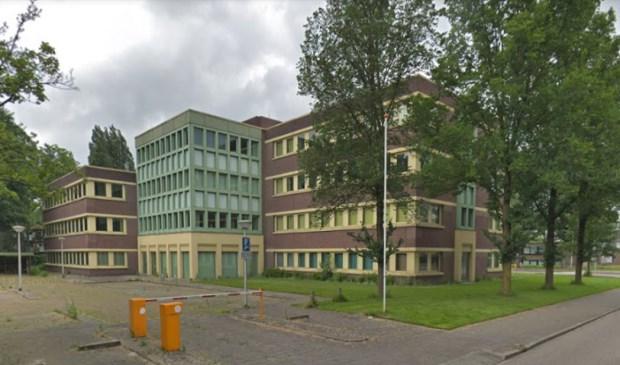 Op de locatie waar het wooncomplex moet komen staat nu een leegstaand kantoor.