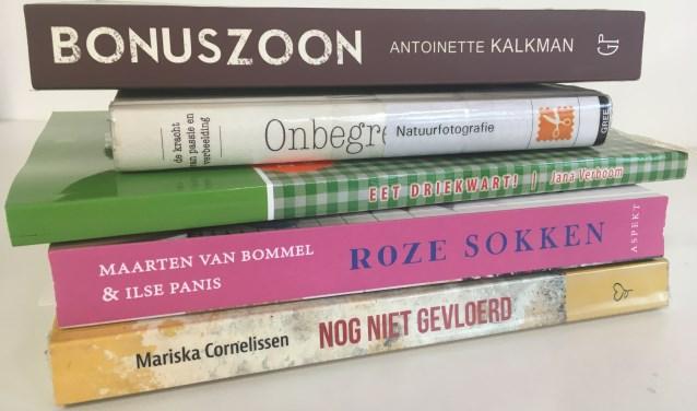 De vijf genomineerde boeken uit 2019 op een stapeltje.