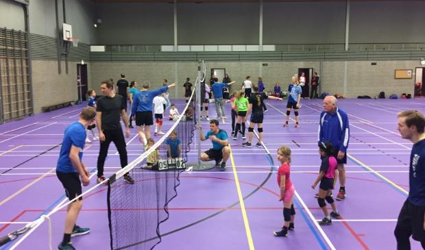 <p>Samen volleyballen tijdens het ouder-kind toernooi van VC Kromme Rijn</p>