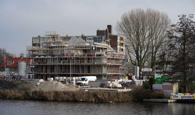 De actiegroep roept op tot bouw van betaalbare woningen in Amstelveen. Op de foto appartementen in aanbouw aan de Handweg die niet tot die categorie behoren.