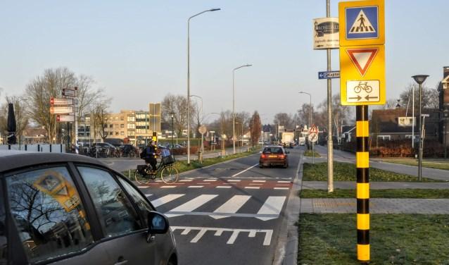 Om de oversteek op de Burgemeester Kuntzelaan minder complex te maken, is nu het plan het zebrapad en de fietsoversteek uit elkaar te halen.