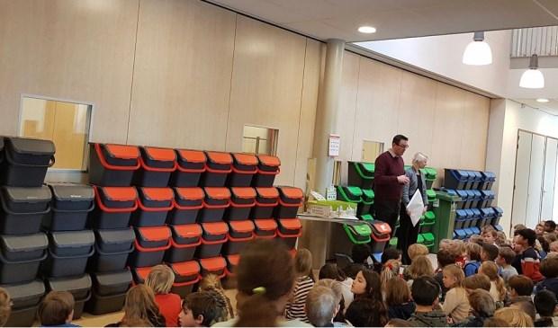 Wethouder Floor Gordon was aanwezig bij de overhandiging van de afvalbakjes en minicontainers op de Roelof Venemaschool.