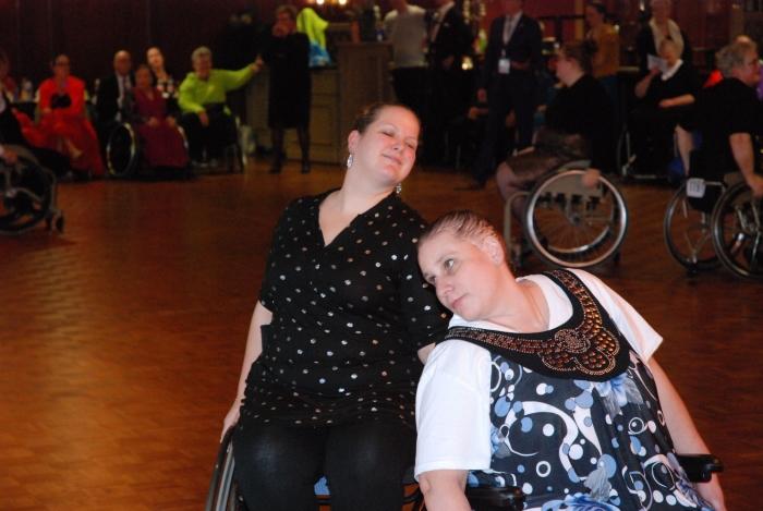 Desiré en Linda met een mooie actie in de Engelse wals Cynthia van Nus © BDU media