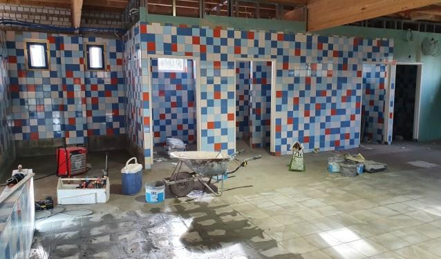 Rechts van de entree komen de douches, kleedruimtes en toiletten.