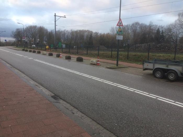Afgezette parkeerplaatsen nabij onveilige spoorwegovergang Giessenzoom