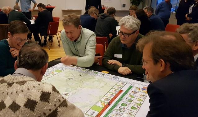 Deelnemers doen een spel waarbij een dorp of stad elektrisch-energieneutraal moest worden gemaakt.