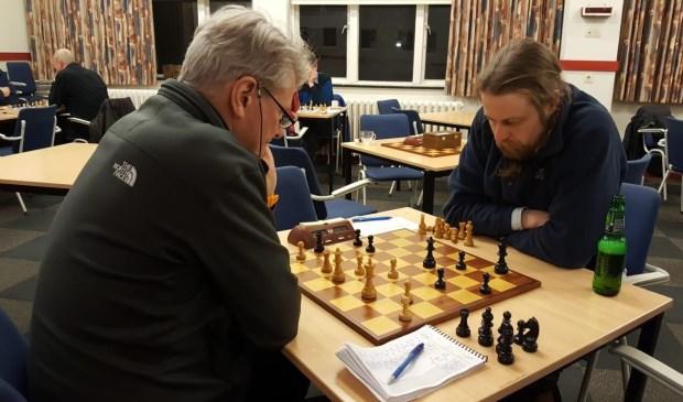 Het duel tussen Chris van Oosterwijk (links) en Hotze Hofstra.