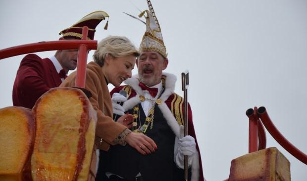 Burgemeester Iris Meerts overhandigt de sleutel aan Prins Dick den Eerste