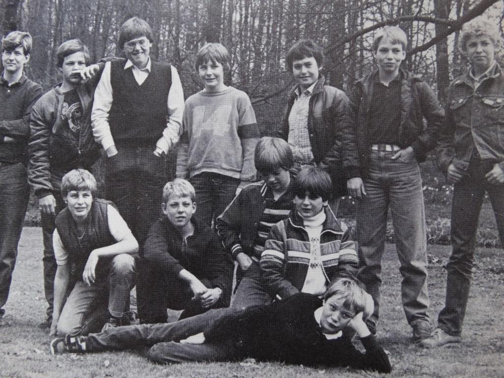 Klassenfoto: Arno staat in het midden met nummer 14 op zijn trui uit Beverweerd Herald © BDU media
