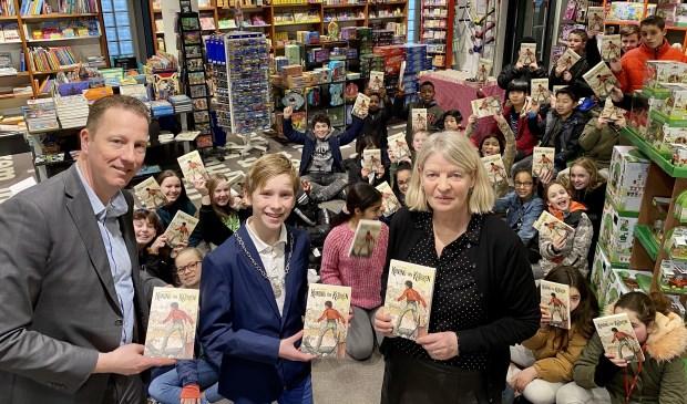 Kinderburgemeester Lieuwe, wethouder Frank Berkhout en Ada Ruiter van Libris Venstra na het uitdelen van het boek aan leerlingen van De Horizon.