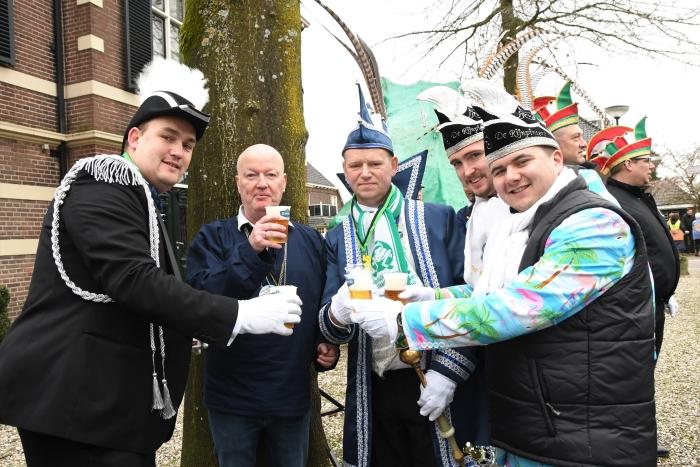vlnr: Adjudant Martin , Burgemeester Ruud van Bennekom, Prins Albèr van Kikkerloo, President Polar en Prins Bright van Ojik