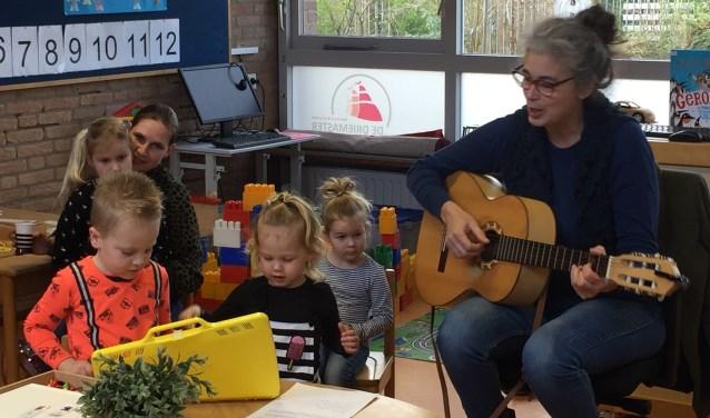 Muziek in de klas tijdens 'Matroosjesdag'.
