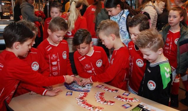 Er was direct veel interesse voor de voetbalplaatjes.